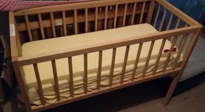 Do wydania dwa łóżeczka dziecięce i krzesło