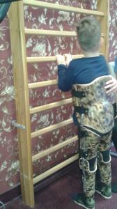 Eryk ćwiczy w HAKAFO przy drabinkach