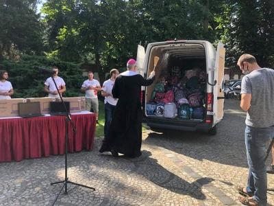 Finał akcji Tornister Pełen Uśmiechów. Arcybiskup poświęcił plecaki.
