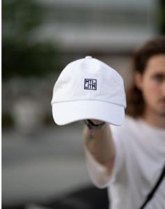 Zbiórka nowych, męskich czapek z daszkiem i T-shirtów – pomoc dla bezdomnych w czasie upałów