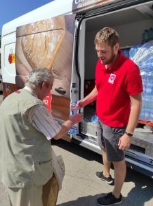 Rozdajemy wodę dla ubogich w Jadłodajniach Caritas