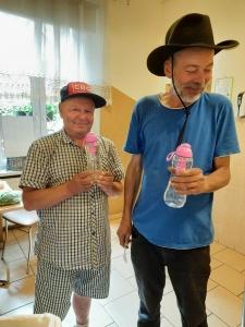 Rozdaliśmy kilka set butelek do filtrowania wody dla bezdomnych